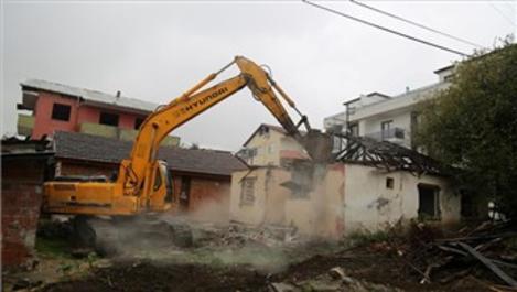 Kocaeli'de depremden hasar gören binalar yıkıldı!