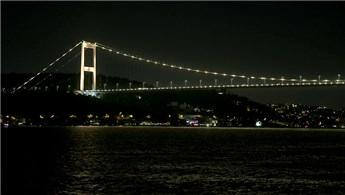 İstanbul'un simgeleri Dünya Hepatit Günü için ışıklandırıldı