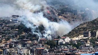Hatay'da ormanlık alanda çıkan yangın yerleşim yerlerine sıçradı