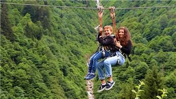 Ayder Yaylası'nda tatilciler zipline ile heyecanlı anlar yaşıyor
