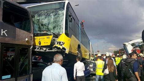 Metrobüs, Acıbadem'de yoldan çıktı! İşte kaza anı!