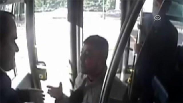 Metrobüs şoförüne saldırı anı kamerada!