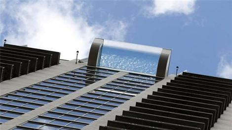 42 katlı binanın tepesinden 3 metre dışarı açılan havuz!