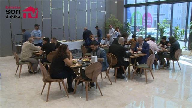 Ebruli Ispartakule satış ofisinde ziyaretçilere kahvaltı keyfi