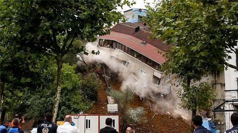 Beyoğlu'ndaki binanın çökme anı