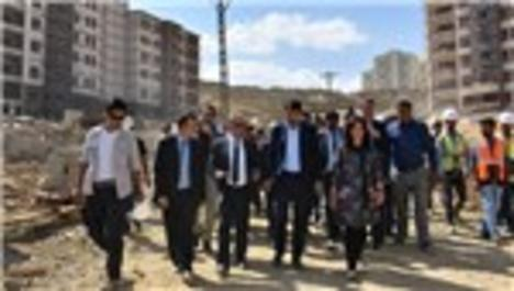 Murat Kurum Yüksekova'da incelemelerde bulundu