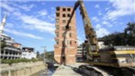 Rize'deki dere yatağındaki bina böyle yıkıldı!