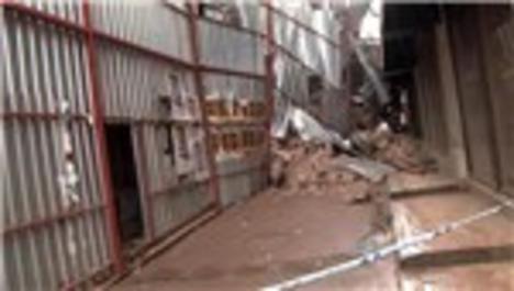 Beyoğlu'nda tadilat halindeki binanın çökme anı kamerada