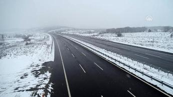 İstanbul-İzmir Otoyolu'nda kesintisiz ulaşım için karla mücadele sürüyor