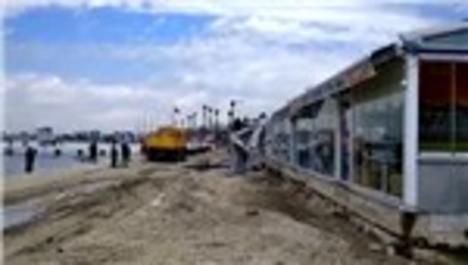 Büyükçekmece sahilde 7 işletme, kaçak olduğu gerekçesiyle yıkıldı