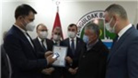 Bakan Kurum, Mithatpaşa Mahallesi'nde ikamet eden 8 vatandaşa tapularını teslim etti